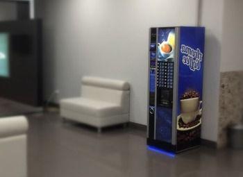 Два кофейных автомата с местом