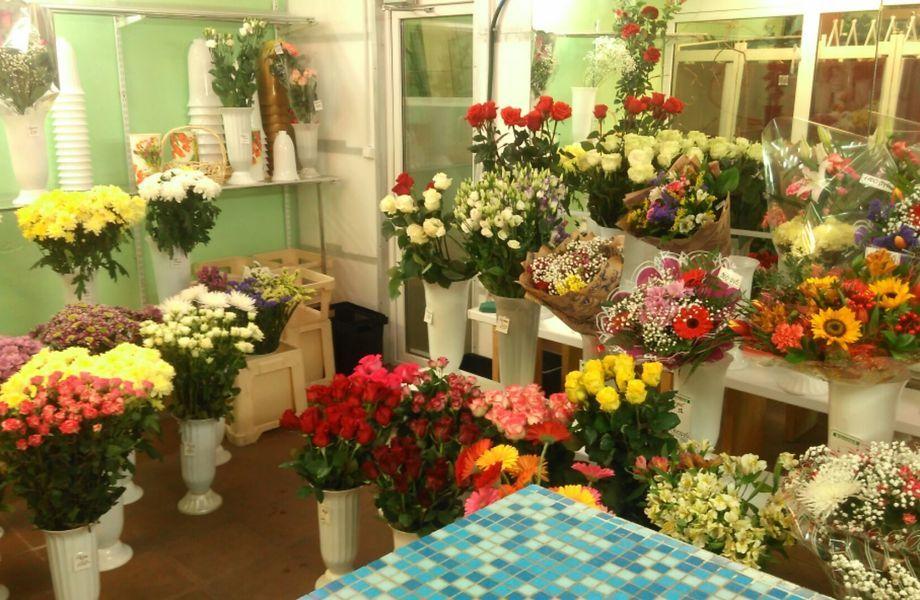 Цветочный магазин и ателье рядом с метро