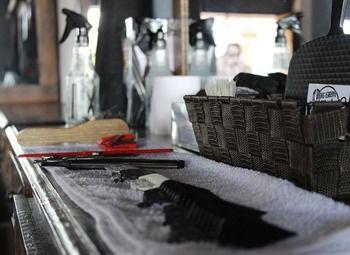 Парикмахерская с маникюрным столом.